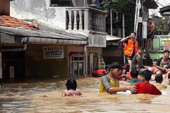 Bantuan saat banjir picture
